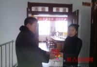 党员崔泰福为社区延华赠送新党章