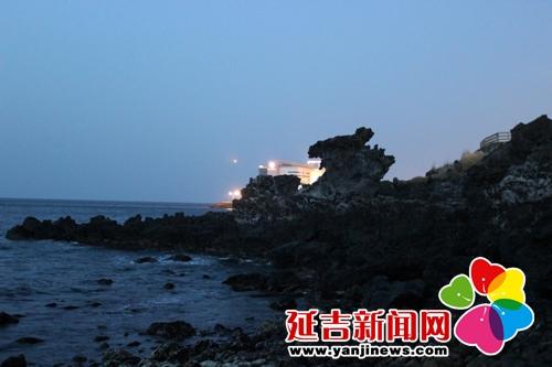 (济州岛龙头岩 金燕/摄); 韩国济州岛旅游景点:正房瀑布; 来自延吉