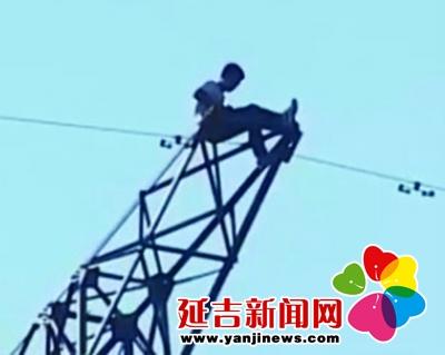 单恋男爬高压线塔求爱