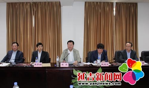 州人大常委会党组副书记,副主任高杰(中),州法院院长庾成日(右二)