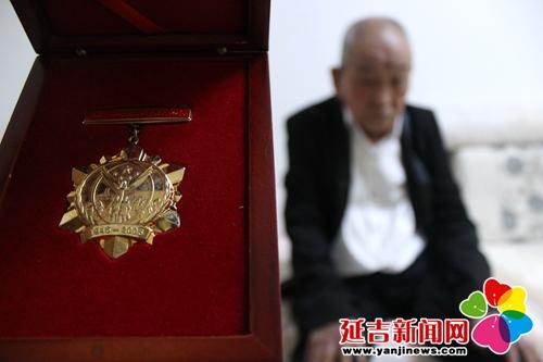 李文江和他的抗战60周年纪念章 刘鑫 摄