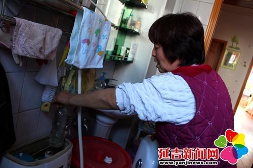 废水冲洗马桶之外,在赵廷贵家中的马桶水箱里也暗藏