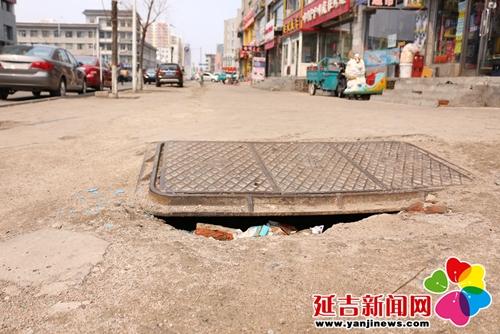 下水井盖周边塌陷 绊倒行人很危险