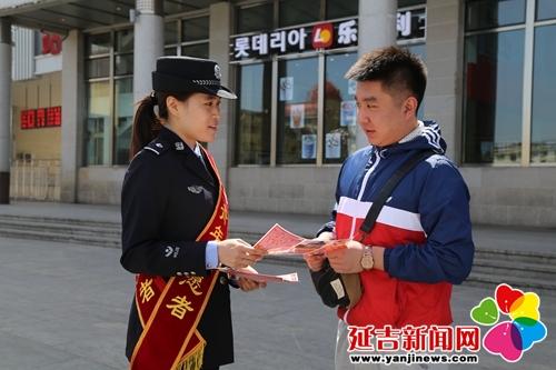 铁路青年志愿者们通过设立宣传展板