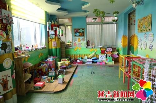 向阳幼儿园园长赵洁介绍,这百余件手工作品都是幼儿园家长同孩子共同