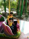 我叫赵金铜,这是我的爸爸赵勇德。爸爸是一名公务员,工作总是很忙,但他一有空就会陪我玩。这是我和爸爸在北京欢乐谷游玩时拍的照片。