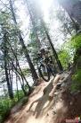 """""""单车乌托邦""""成员在帽儿山进行U型坑训练时,冲下山坡的瞬间。  杨婷婷 摄"""