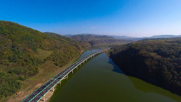 """地质公园等风景区,一路风光让人流连忘返,被誉为""""吉林省最美高速公路"""""""