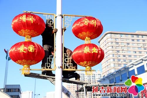 工作人员悬挂灯笼  付杨