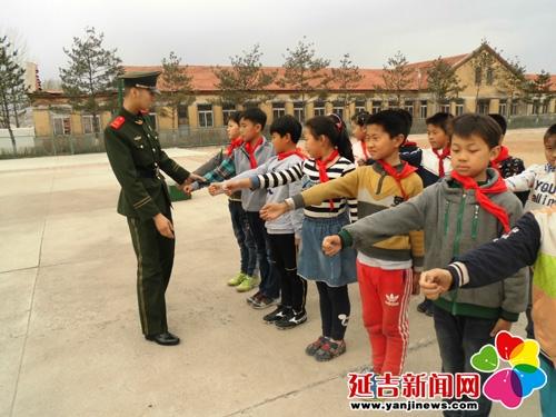 州边防支队军训仁坪歌曲,开展走进v边防的小学生好听小学图片