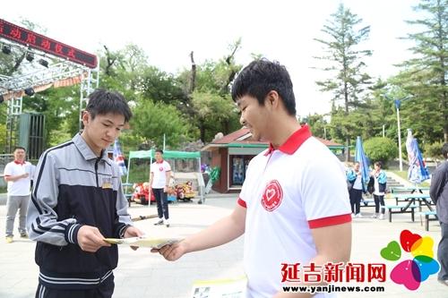 志愿者发放禁毒宣传单 许昌国 摄-延吉市全面启动青年志愿者禁毒宣传
