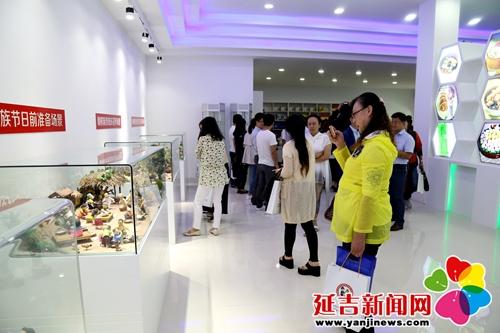 与会人员参观民俗食品展示厅 季芳旭 摄