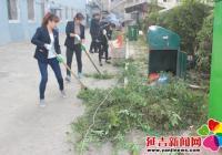 在职党员履职进社区 修剪树木造福居民