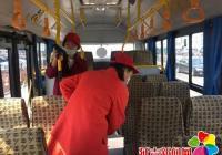 丹进社区开展公交车清洁行动