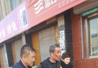 老人摔倒路边 社区扶起送回家