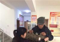 丹光社区送衣物 情暖贫困低保户