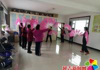 社区组织退休老人开展跳舞活动