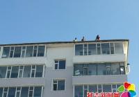 大风掀开居民房顶 社区迅速协调维修
