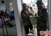 朝阳川镇防汛抢险队暴雨中转移敬老院老人