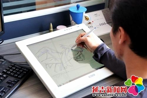 动漫绘制员在手绘板上不停地修改动漫人物 付杨 摄
