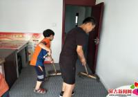 小学生走进长青社区参加义务劳动
