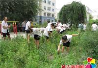 小志愿者进社区 义务劳动美化环境