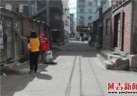 园新社区集中清理乱贴乱画一条街