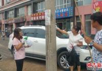 社区清理乱贴乱画 营造干净卫生环境