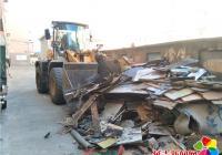仓房顶遍地垃圾杂物 社区集中清运解民忧
