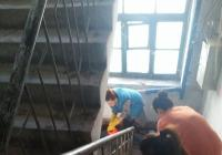 党员志愿者为弃管居民楼打扫卫生