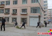 居民楼外挂钢筋 社区帮忙除隐患