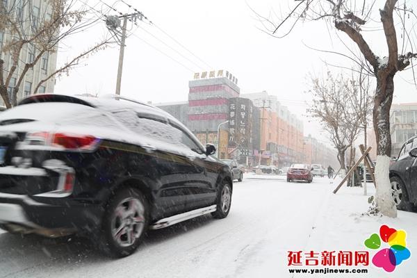延吉迎今年首场降雪 雪路湿滑且行且注意