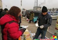 民旺社区妇联发放安全防范手册 宣传居民防范小常识