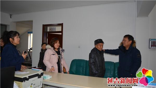 河南省老年人口-儿子接他回家 河南街道晨光社区供图-出门忘却回家路 社区帮助老人