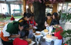 温馨假日 留守儿童DIY制作蛋糕活动