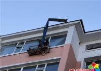 清理高空坠物隐患 保障辖区居民安全