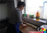 """丹吉社区开展""""喜迎立春,关爱老人,同品春饼""""活动"""