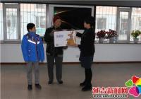 长林社区妇联为贫困儿童发放壹基金温暖包