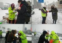 """建工街道开展""""雪中送暖""""关爱环卫工活动"""