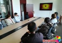 长青社区组织工作人员观看红色电影