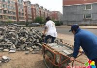 自己动手铺彩砖 营造美丽社区环境