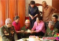 抗战老兵过生日 社区庆寿送祝福