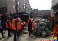 居民楼下装修垃圾乱堆 社区出面迅速协调清理