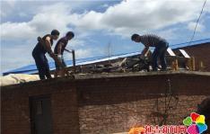延青社区清理废旧沙发 美化社区环境
