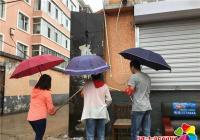 白玉社区冒雨清理小广告 助推全国文明城市创建
