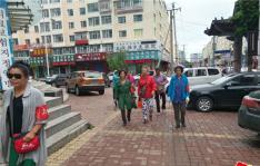 街上那些带红袖标的阿姨
