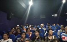 春光社区联合延吉市爱尔眼科医院组织空巢老人观看电影