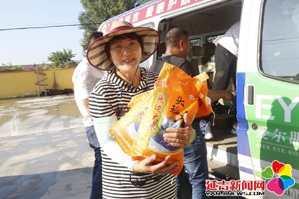 延吉市工商联第七组为包保贫困村送温暖