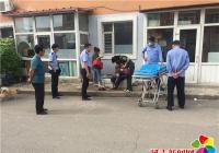老人街头病发晕倒 社区人员协助送医