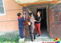 民兴社区清理乱贴乱画 美化辖区环境